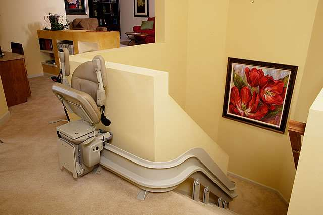 Shows how the Homeadapt Elite Curve stair lift can be designed to handle 90 degree dorners on stairs, irregular staircases, and landings.